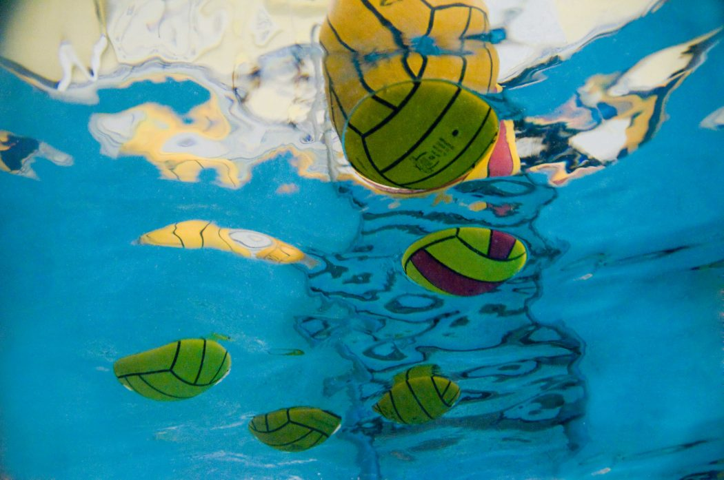 https://www.totalwaterpolo.com/wp-content/uploads/2016/07/underwater_ball_background-1050x697.jpg
